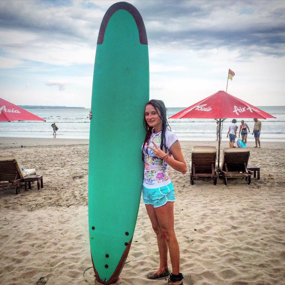 Девушка с серфинг-доской