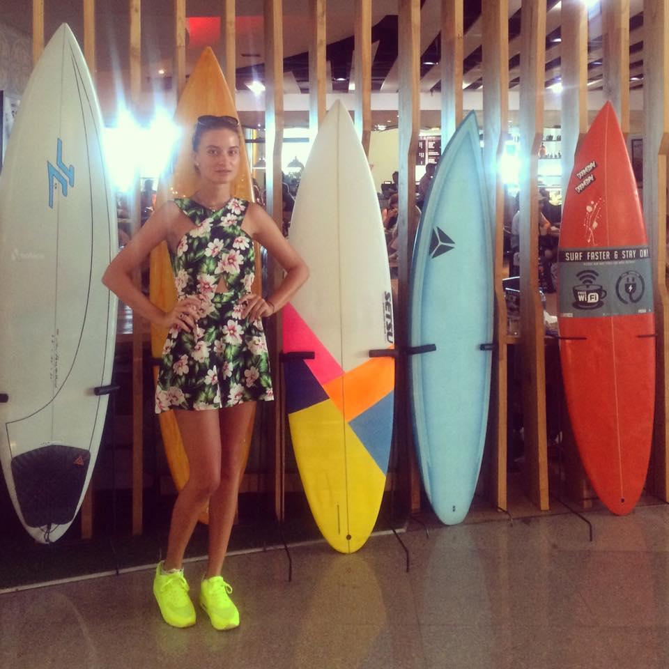 Девушка и доски для серфинга