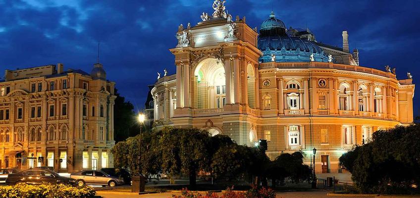 Одесский оперный театр вечером