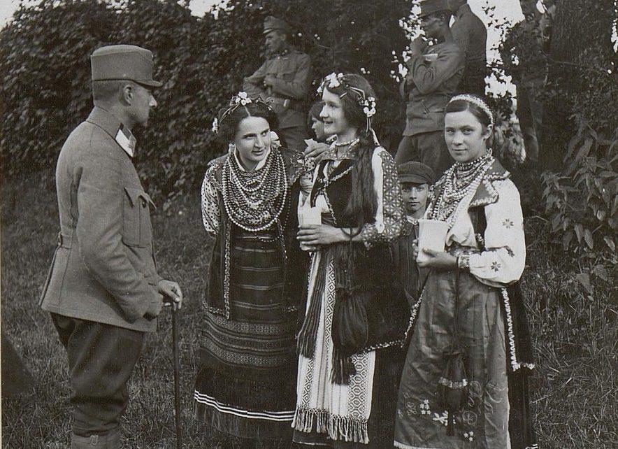 Galitsiya.-Ukrainskiy-prazdnichnyiy-kostyum-v-Kalushe