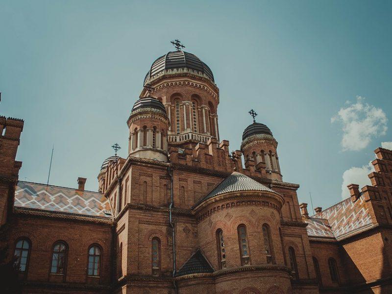 Как выглядит самый красивый университет Украины зимой (видео)