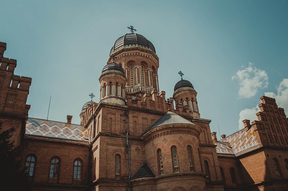 Як виглядає найкрасивіший університет України взимку (відео)