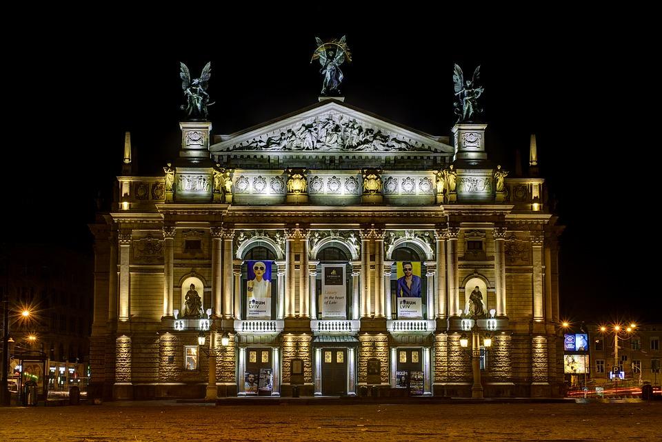 Оперный театр в Львове ночью
