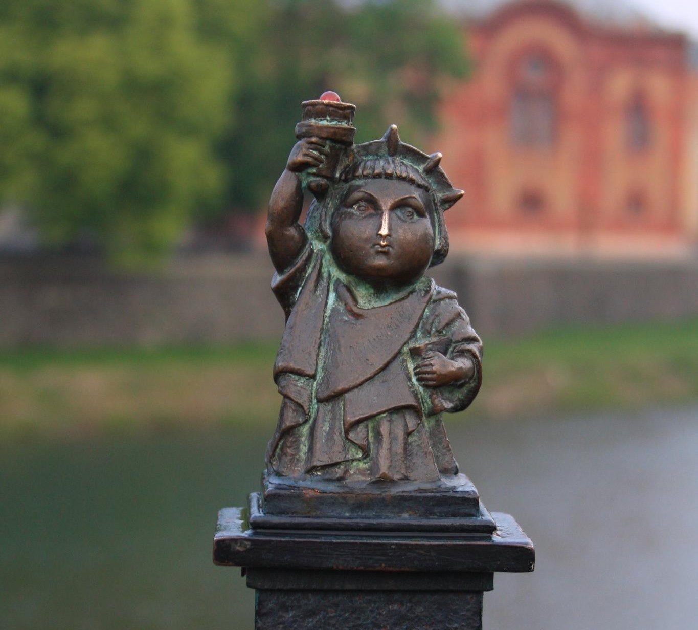 Міні-скульптура «Найменша в світі статуя Свободи» в Ужгороді