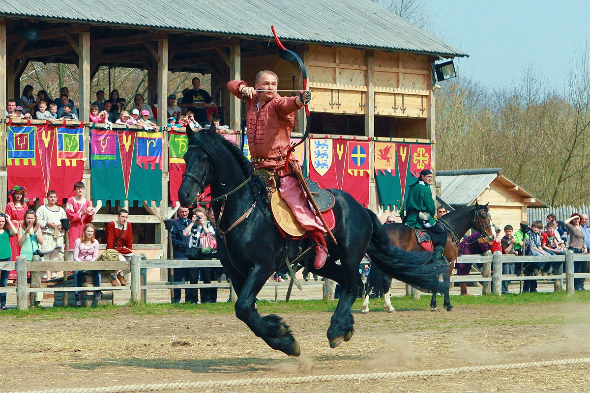Лучник на коне в парке Древний Киев